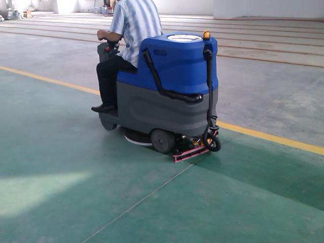 入门级驾驶式洗地机,含电瓶充电器。供应无锡洗地机 维修洗地机